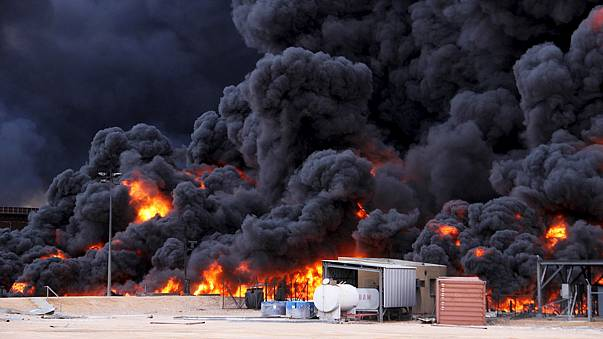 Nach Angriff auf Tanklager in Libyen: Brennender Tank droht einzustürzen