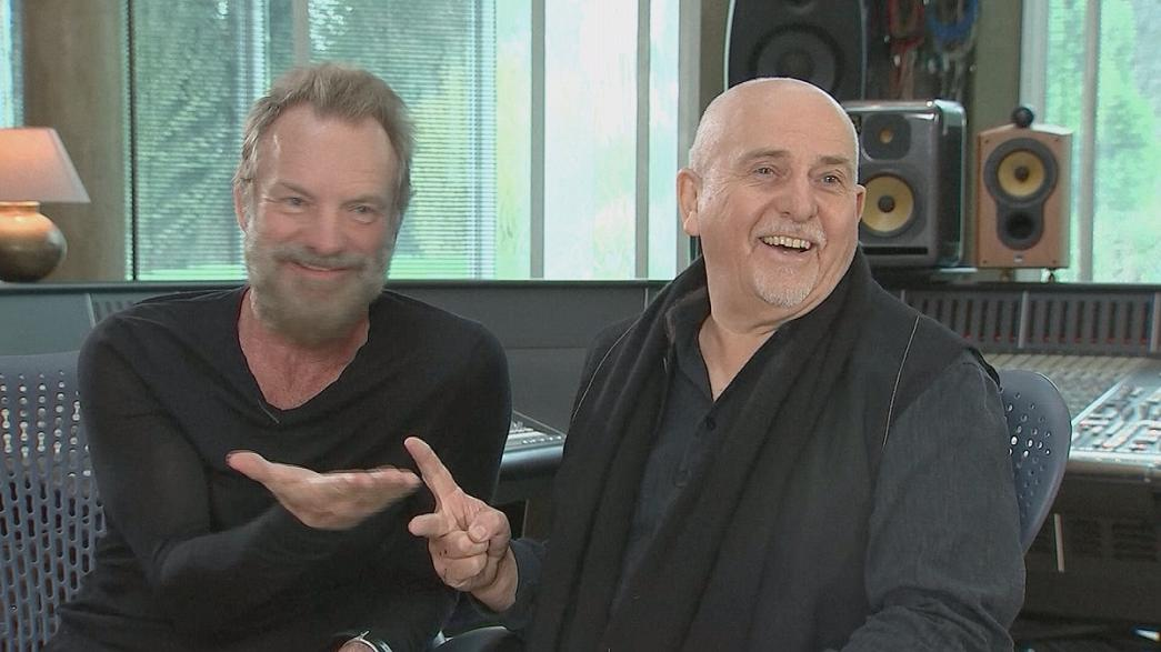 Kő, papír, olló - Sting és Peter Gabriel csereberél