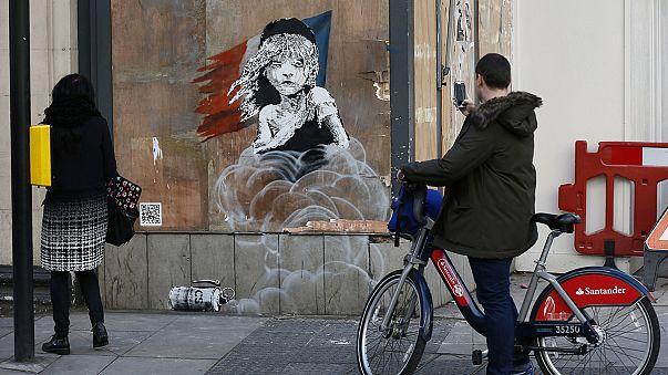 """جدارية في بريطانيا تنتقد تعامل السلطات الفرنسية مع لاجئي مخيم """"الغابة"""""""