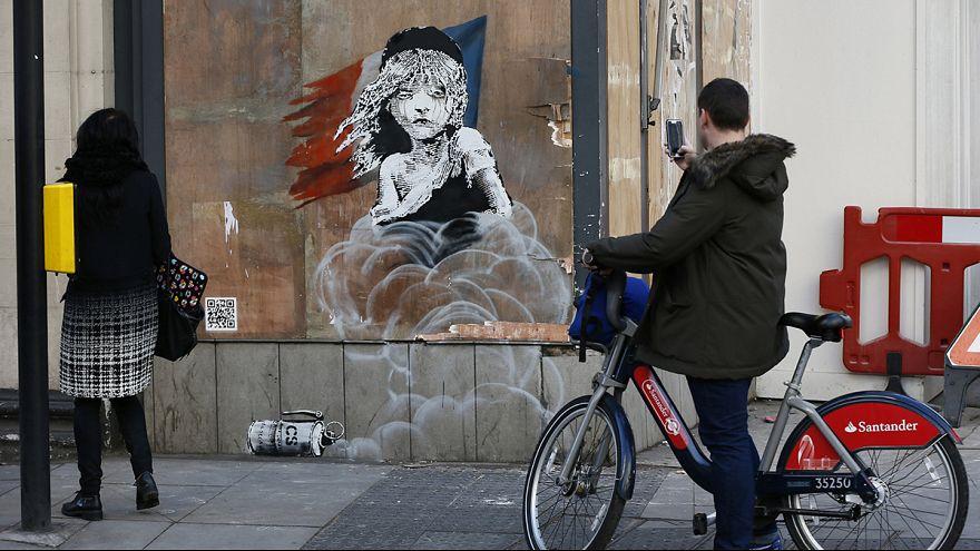 """Os """"miseráveis"""" de Banksy à porta da embaixada francesa em Londres"""