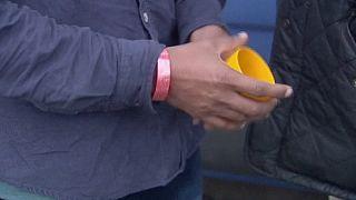 Migrants : les bracelets de la honte