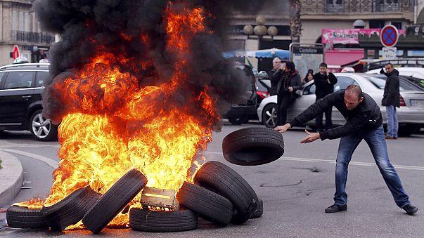 França: Protesto inflamado de taxistas em Paris