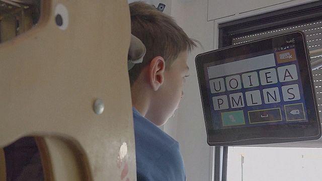 Szemmozgás-követő beszélőgéppel kommunikálnak a fogyatékkal élő gyerekek