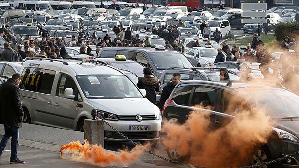Kivonultak a rohamrendőrök a taxistüntetés miatt Párizsban