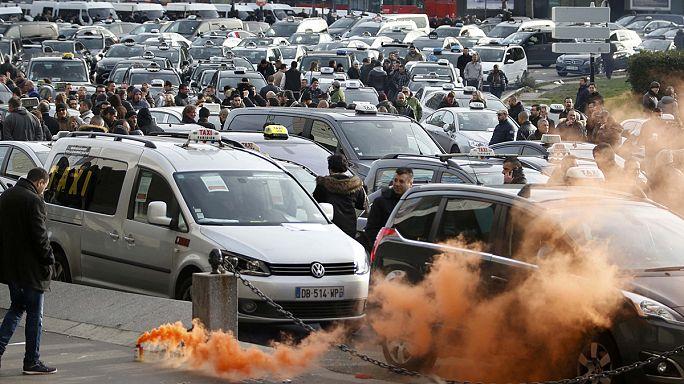 Paris'te taksicilerin Uber protestosu gergin geçti