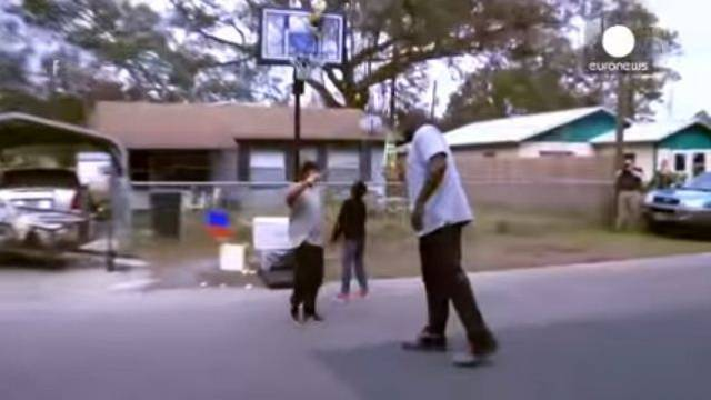 Shaquille O'Neal joins street basketball game