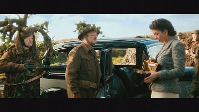 """Catherine Zeta-Jones: uma repórter de guerra sensual na comédia """"Dad's Army"""""""