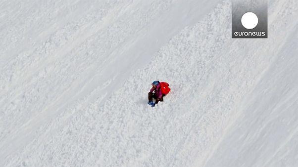 Esquiadora sai ilesa de queda de mais de 300 metros
