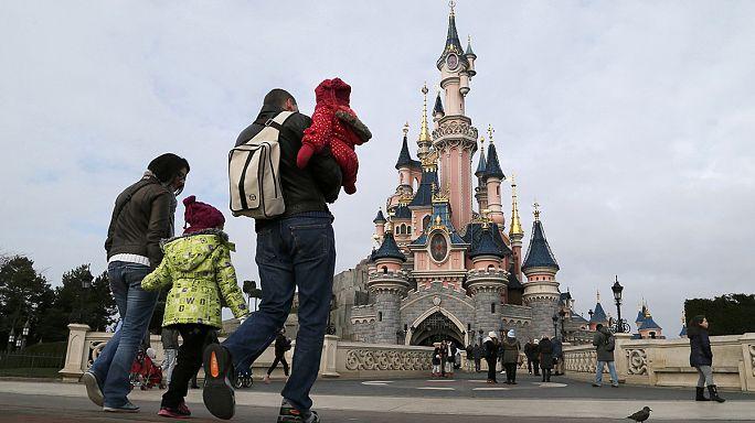 Paris yakınlarındaki Disneyland'da çantasında silah bulunan bir kişi yakalandı