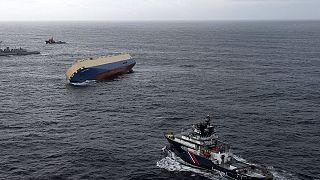 Frachtschiff treibt auf französische Küste zu
