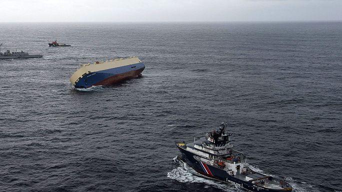 Teherhajó sodródik az Atlanti-óceánon