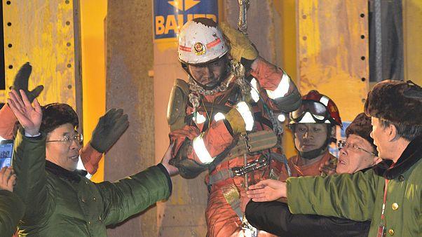 Resgatados mineiros chineses soterrados há 36 dias