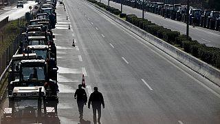 Yunan çiftçiler yol kapattı