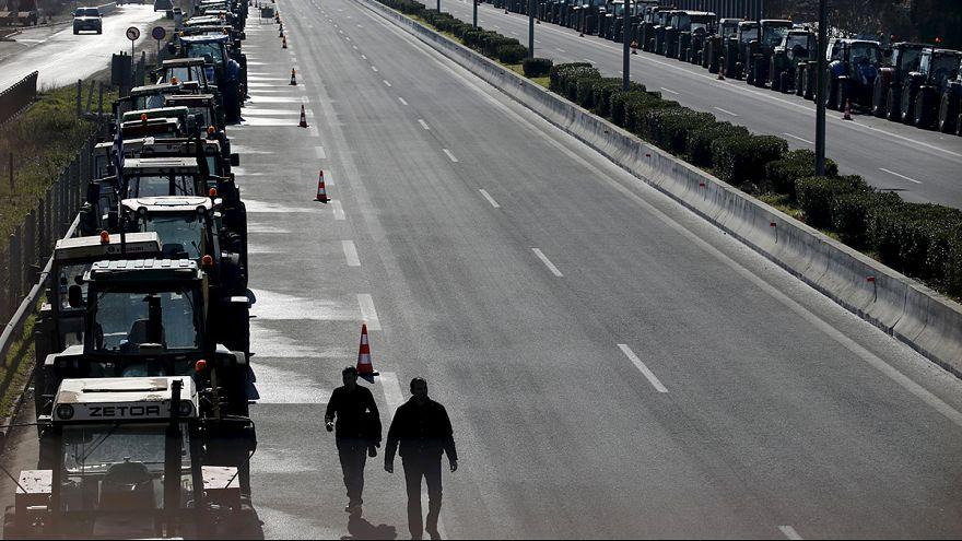 Gli agricoltori greci bloccano l'aeroporto di Atene