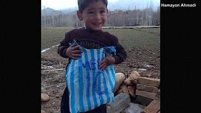 """Un jeune Afghan """"se paie"""" un maillot de Messi en plastique"""