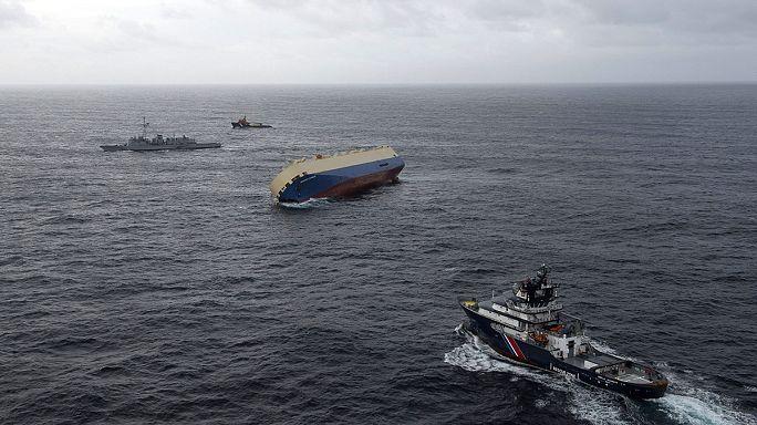 طقس سيء يضرب شمال اوروبا ويعيق سحب سفينة غارقة قبالة الشواطئ الفرنسية