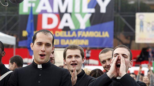 Olaszország: a melegek bejegyzett élettársi kapcsolata ellen tüntettek