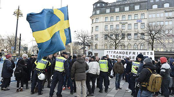 Demonstrálók és ellendemonstrálók Stockholmban