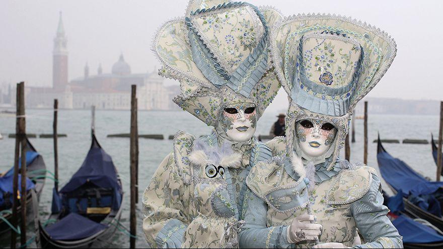 Doze Marias desfilam em Veneza