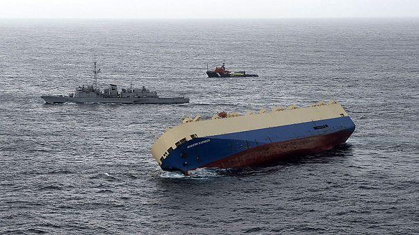 Nincs esély a felborult teherhajó mentésére