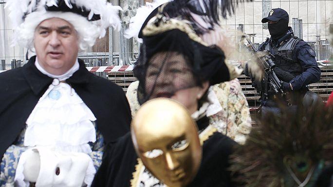 Венеция: на карнавале придется снять маску