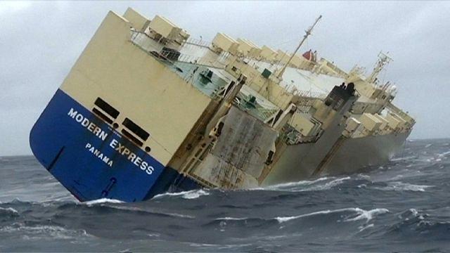 Atlantik'te yan yatan kargo gemisi için son girişim