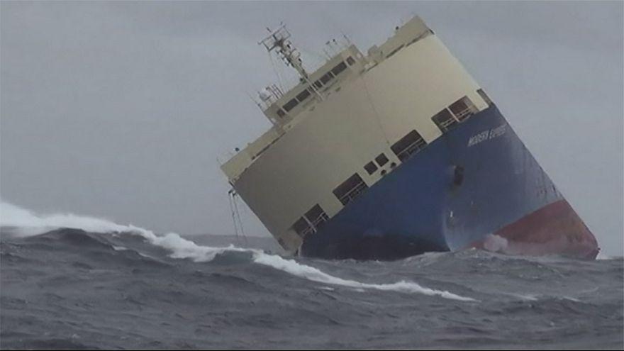 Yan yatan kargo gemisi kıyıya çekiliyor