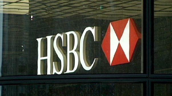 HSBC ücretleri ve işe alımları dondurdu