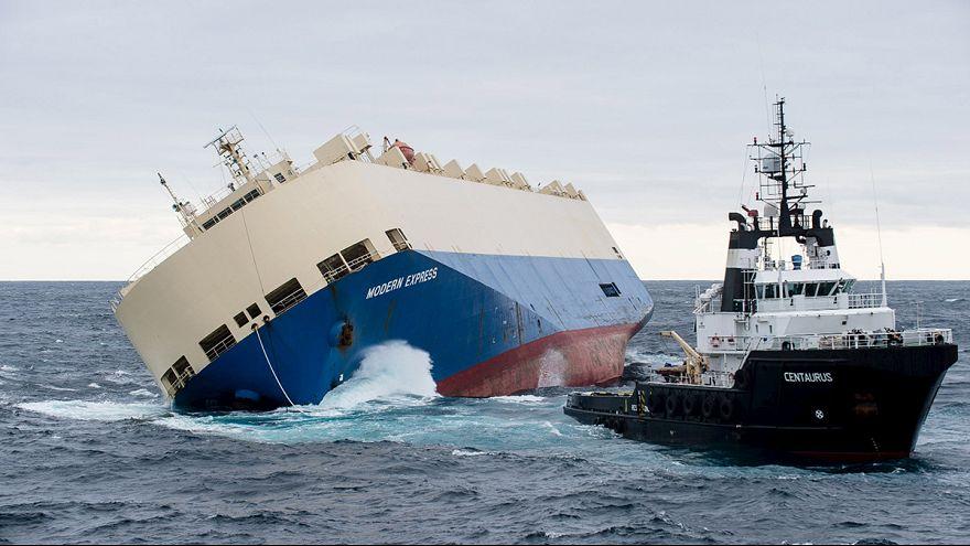 Megpróbálják elvontatni a megbillent teherhajót