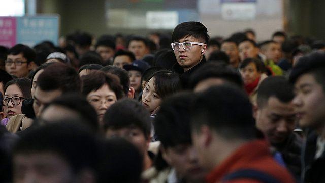 مائات الآلاف من المسافرين الصينيين عالقون في محطات القطار قبل بضعة أيام من احتفالات السنة الجديدة