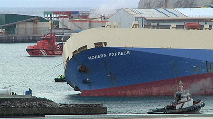 Bilbao kikötőjébe vontatták a felborult teherhajót