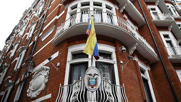 Julian Assange envisage de se rendre à la police britannique