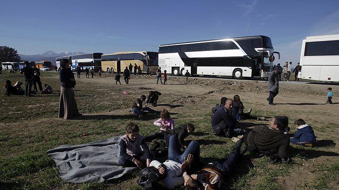 Migliaia di profughi bloccati al freddo al confine greco-macedone