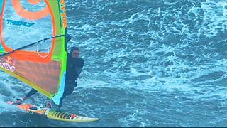 Une planche à voile en guise de surf