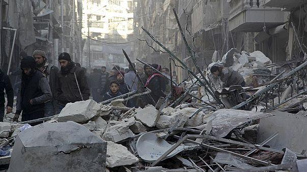 تركيا تغلق حدودها بينما يفر آلاف السوريين من حلب هربا من القصف