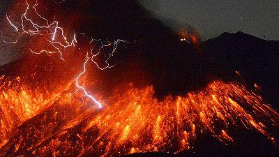 Japonya'daki Sakurajima yanardağından patlama görüntüleri