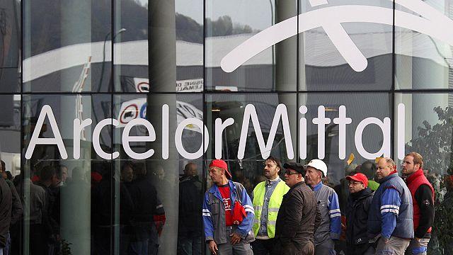 ArcelorMittal выпускает акции и продает активы, чтобы сократить долги