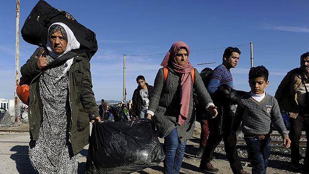 Flüchtlinge sitzen fest: Nur ab und zu ein Schokoriegel