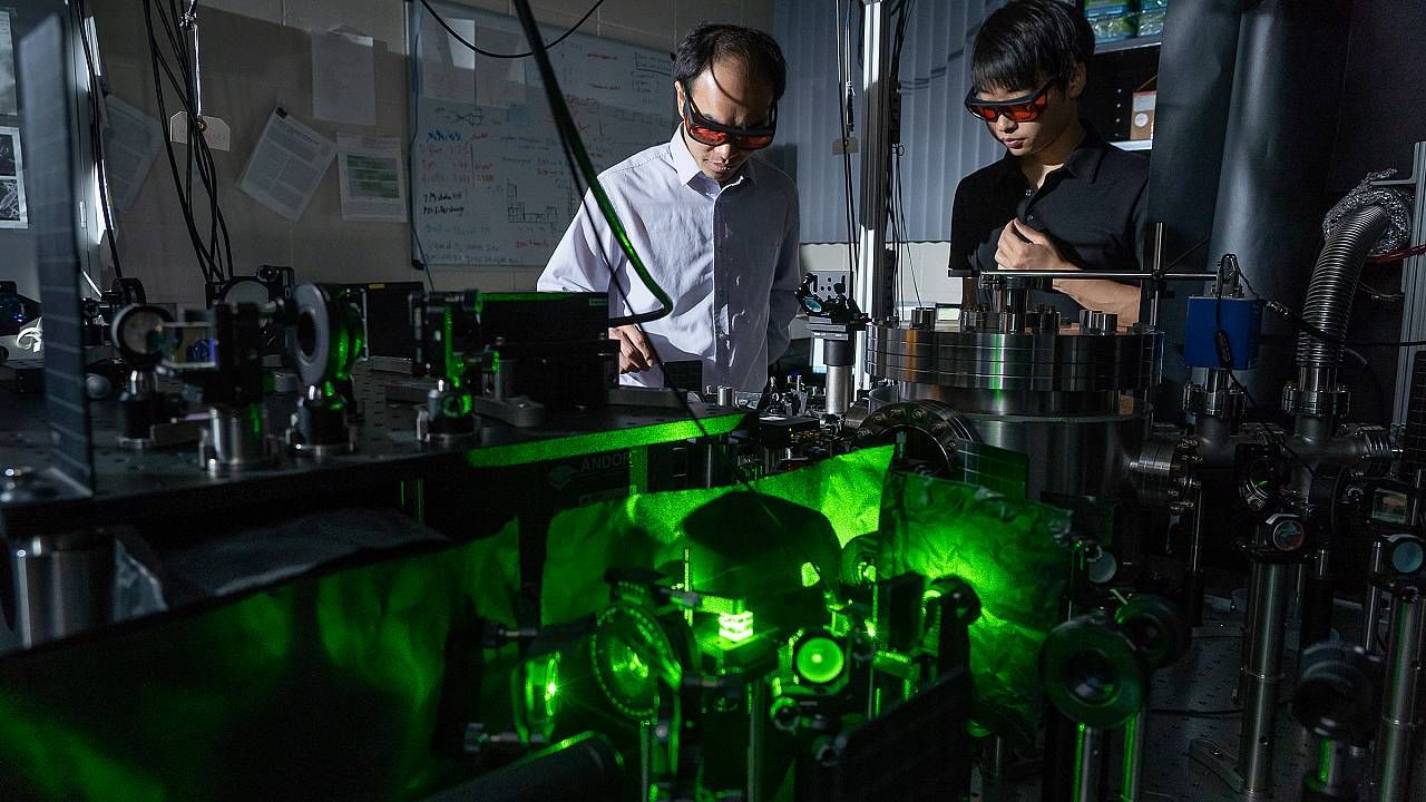 Tiny 'dumbbells' that spin 60 billion times a minute may help solve quantum mysteries