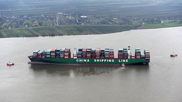 یک کشتی غول پیکر باری در رودخانه آلمان به گِل نشست