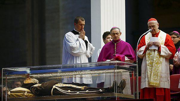 Le corps du controversé Padre Pio est arrivé en procession à Rome