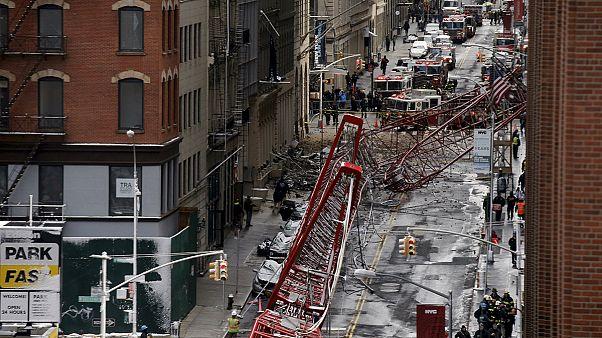 Un muerto y tres heridos al caerse una grúa en Manhattan