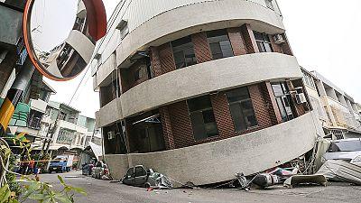 Terremoto di magnitudo 6.4 colpisce Taiwan, crollano 4 palazzi