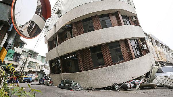 Taiwan: Erdbeben lässt Häuser einstürzen