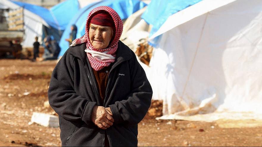 Syrians flee to Turkish border as government forces close in on Aleppo