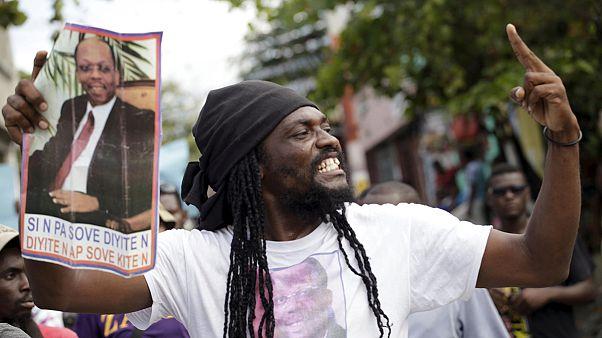 Chaos in Haiti: Oppositionelle Demonstranten steinigen Milizionäre