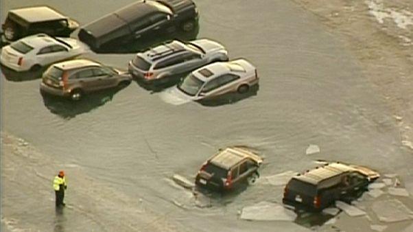 Elolvadt a jég parkoló autók alatt az amerikai Wisconsinban