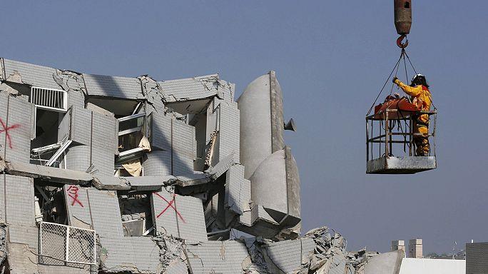 Taïwan : des survivants du séisme encore extraits des décombres 48 heures après