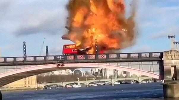 Londra'da iki katlı bir otobüs infilak etti