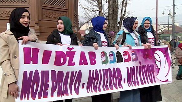 A fátyolviselés jogáért tüntettek Szarajevóban